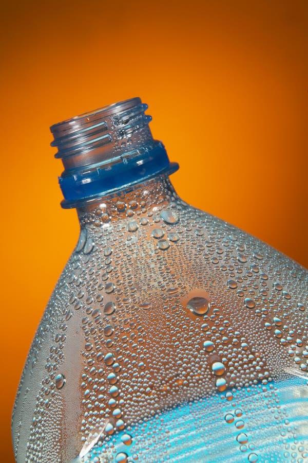 WASSER-TRÖPFCHEN, DIE INNERE PLASTIKflasche KONDENSIEREN stockbild