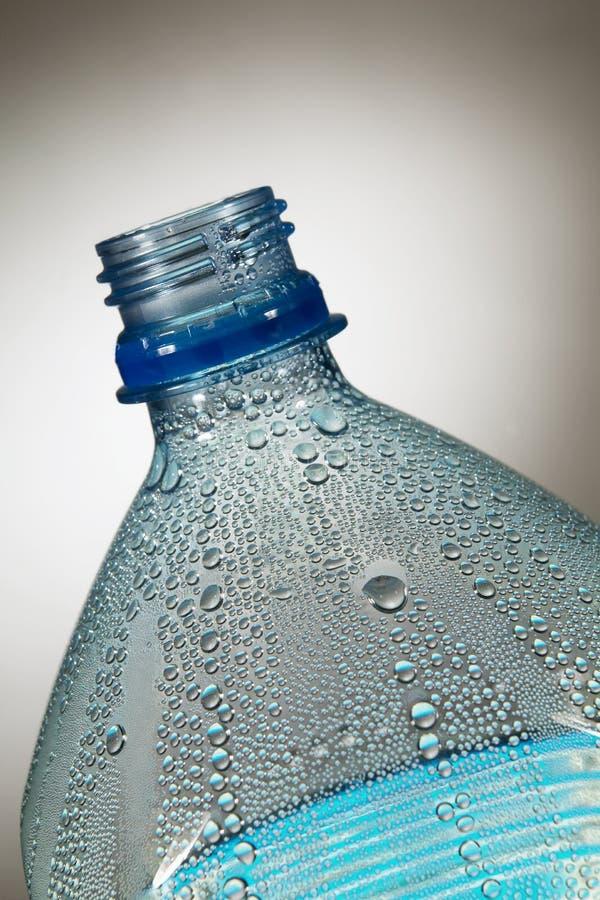 WASSER-TRÖPFCHEN, DIE INNERE PLASTIKflasche KONDENSIEREN stockbilder