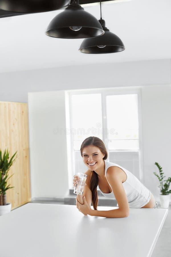 Wasser Trinkwasser der glücklichen Frau getränke Gesunder Lebensstil Seien Sie stockfoto
