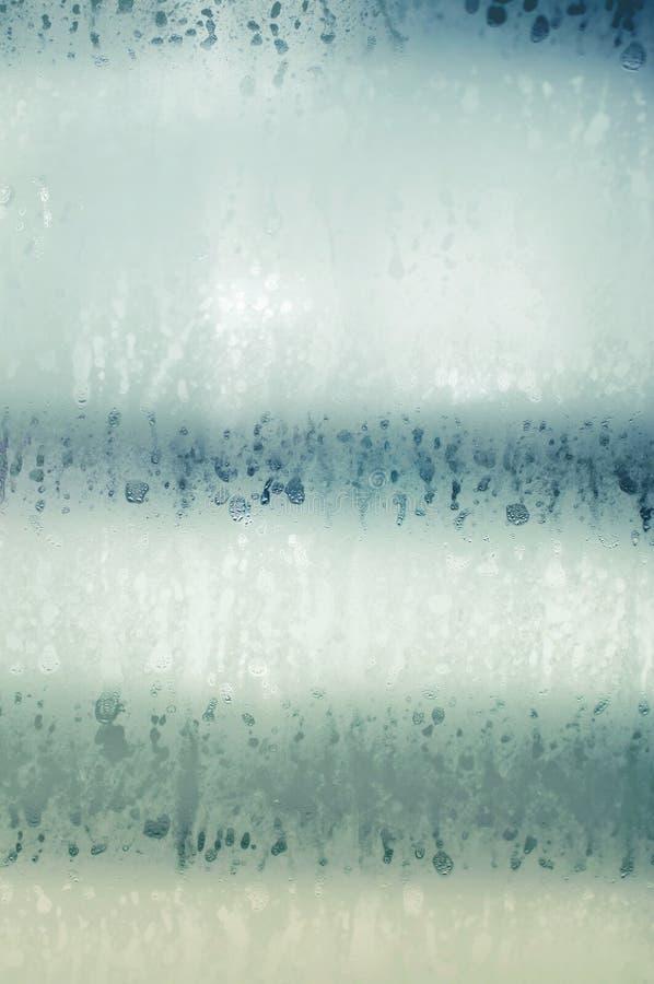 Wasser-Tropfen auf Glas stockfotografie