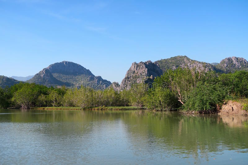 Wasser und Berge, Meerblick Khao Sam Nationalpark ROIs Yot stockfotos