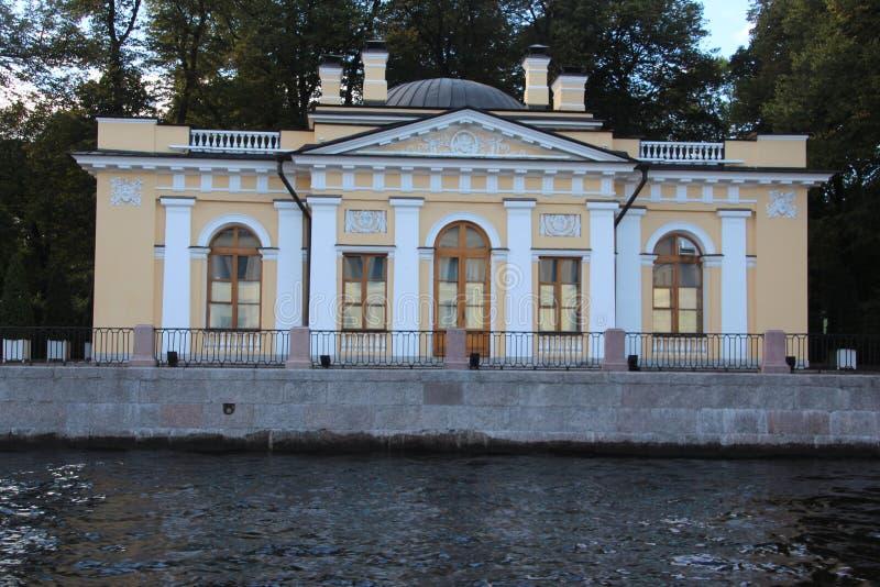 Wasser und Brücke Heilige Petersburg Russland lizenzfreie stockfotos