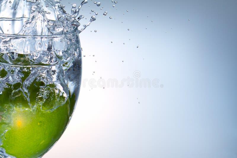 Wasser und eine Frucht stockbild
