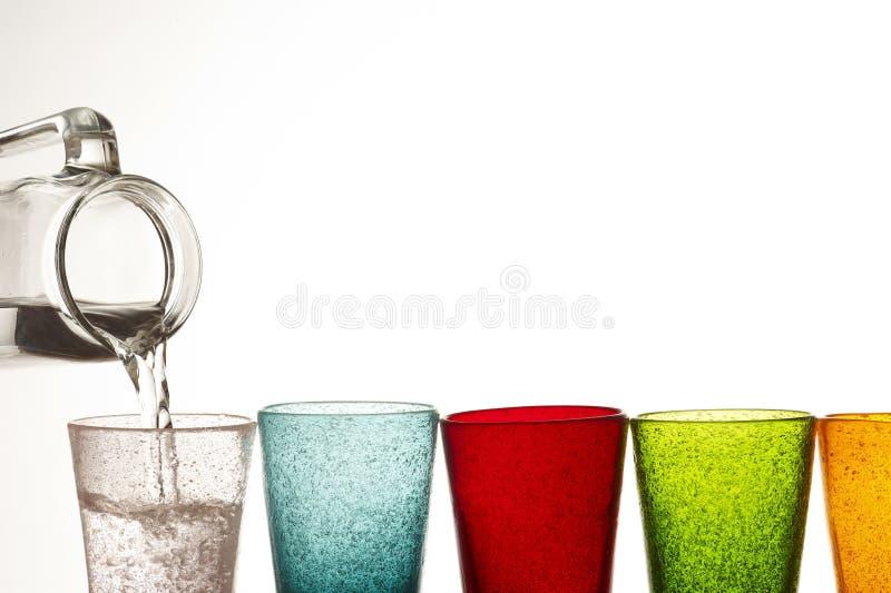 Wasser und farbige Gläser lizenzfreie stockfotografie