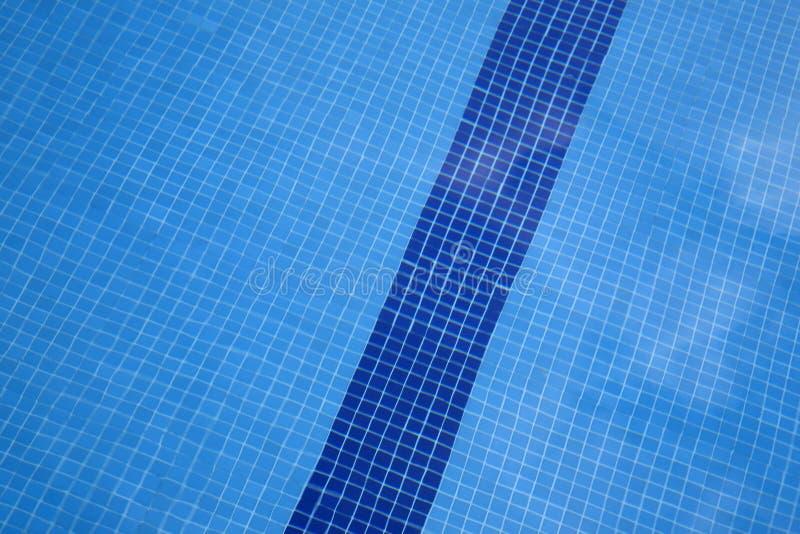 Wasser und Regenschirme lizenzfreie stockfotos