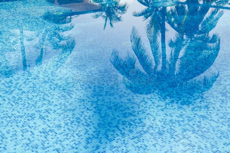 Wasser und Regenschirme lizenzfreie stockbilder