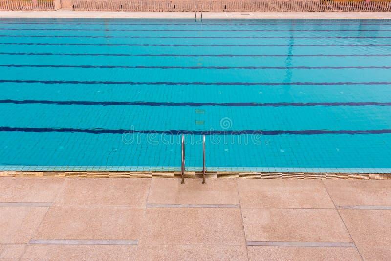 Wasser und Regenschirme Swimmingpool-Unterseiten?tzmittel pl?tschern und flie?en mit Wellenhintergrund stockfotografie