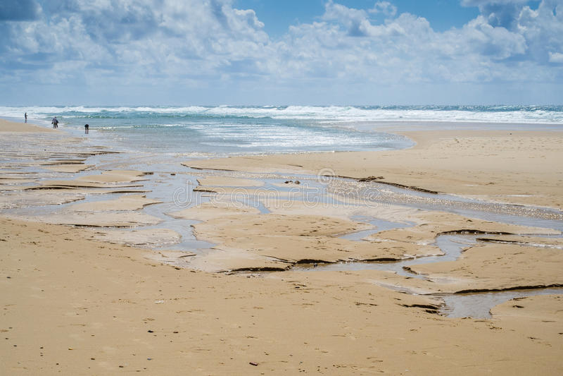 Wasser und Sand erscheint im seichten Wasser 2 stockfotos