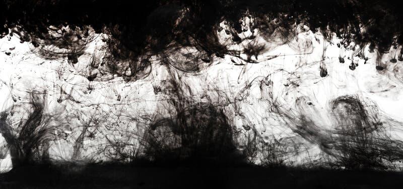 Wasser und schwarze Tinte lokalisiertes Weiß stockbild