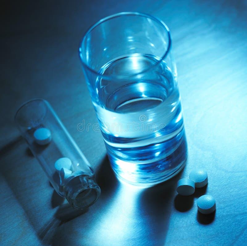 Wasser und Tabletten stockbild