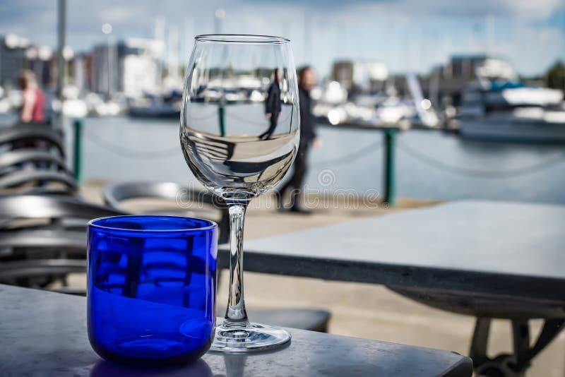 Wasser und Wein auf den Docks lizenzfreies stockbild