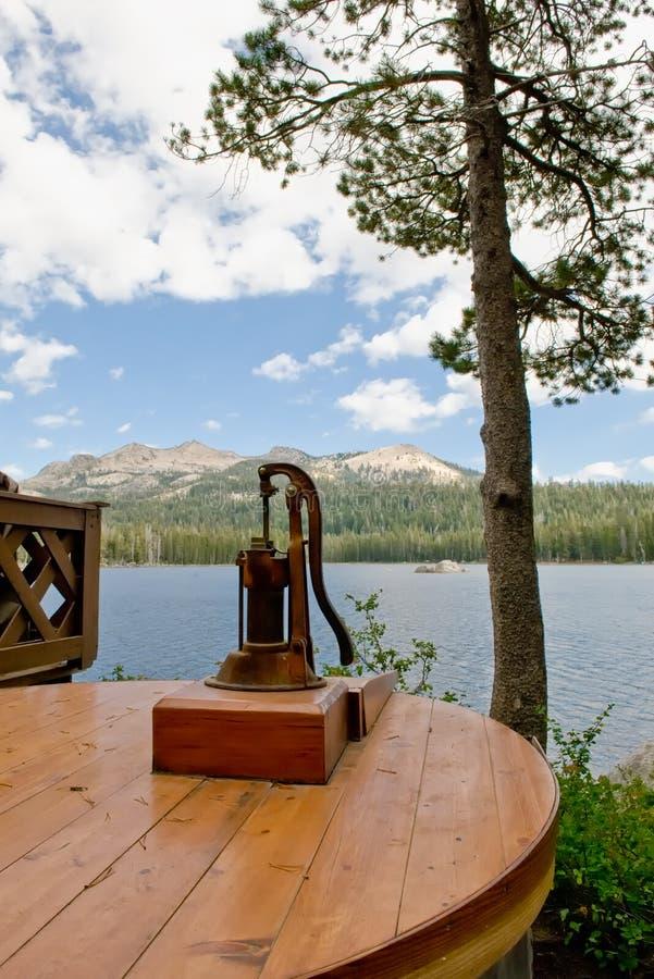 Wasser-Vertiefungs-Handpumpe stockfotografie