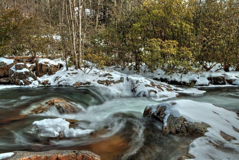 Wasser von Oconaluftee-Fluss in Great Smoky Mountains stockfotos