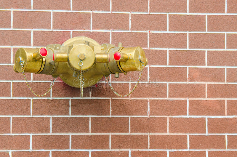 Wasserausläufe mit roten Rohren, für Feuerbekämpfung lizenzfreies stockbild