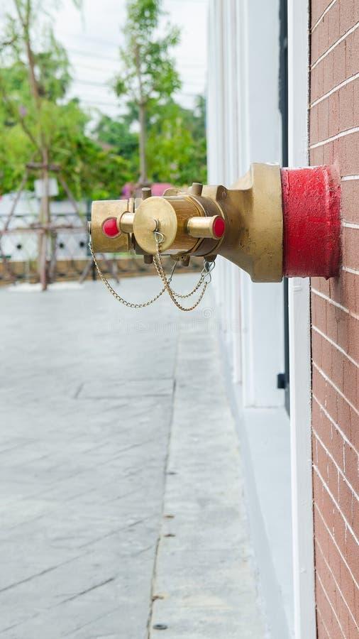 Wasserausläufe mit roten Rohren, für Feuerbekämpfung stockbilder