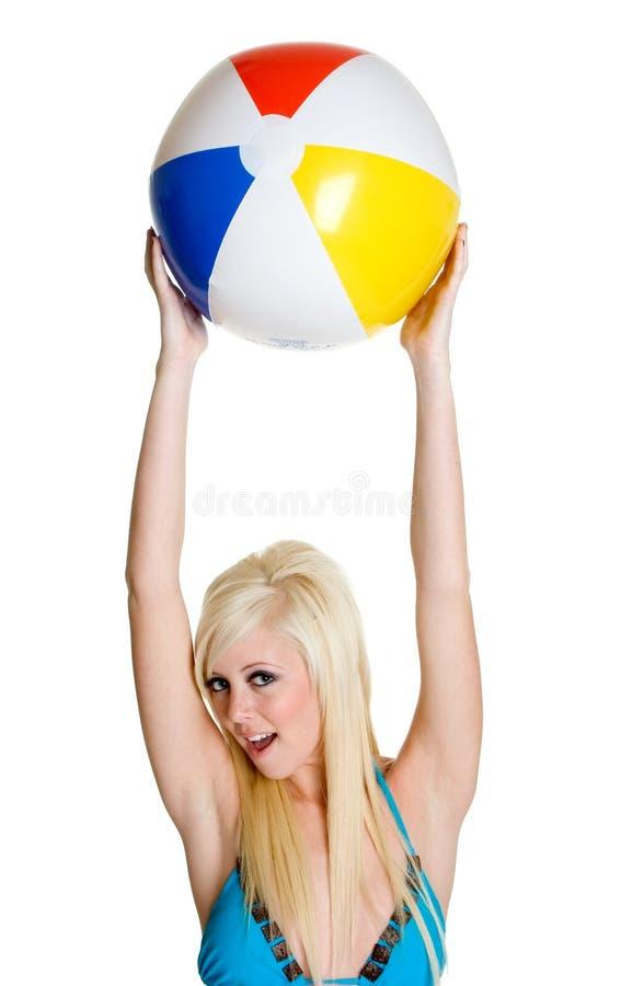 Wasserball-Bikini-Mädchen stockfoto