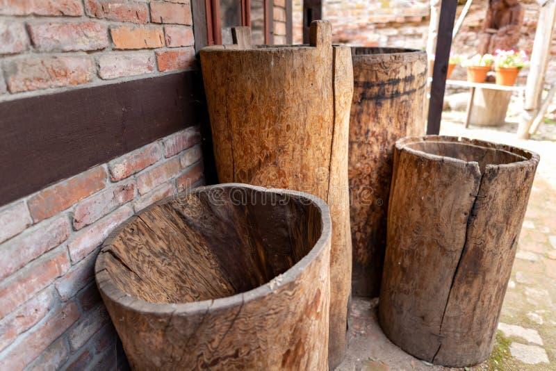 Wasserbehälter machten vom Holz Alte Fässer geschnitzt vom Stamm eines Baums lizenzfreie stockbilder