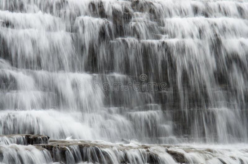 Wasserbeschaffenheit von Waldwasserfallkaskaden stockfotografie