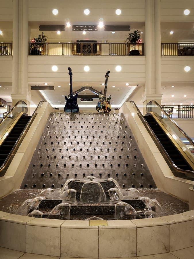 Wasserbrunnen innerhalb des Turm-Stadt-Malls in Cleveland, Ohio lizenzfreie stockbilder