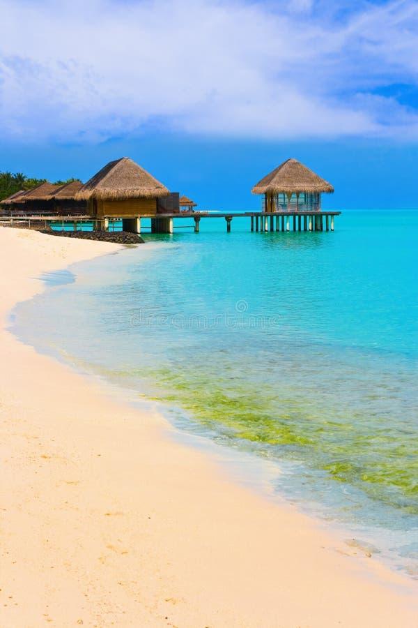 Wasserbungalowe auf einer tropischen Insel lizenzfreies stockbild