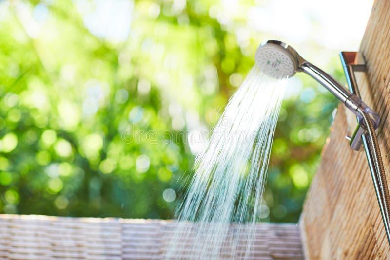 Wasserdusche für einen heißen Sommertag lizenzfreies stockfoto