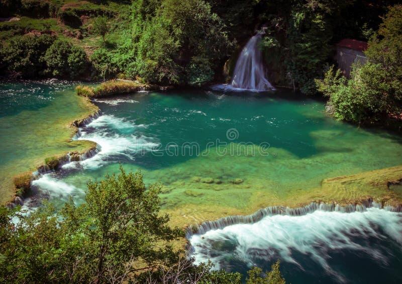 Wasserfälle auf Fluss lizenzfreie stockfotos
