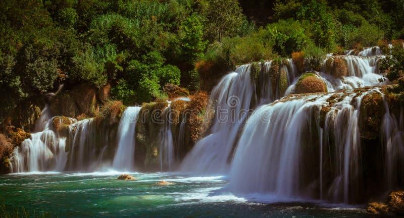 Wasserfälle auf Fluss lizenzfreie stockbilder