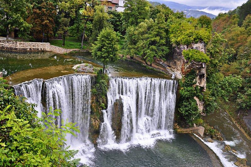 Wasserfälle in der Stadt Jajce, Bosnien und Herzegowina lizenzfreie stockbilder