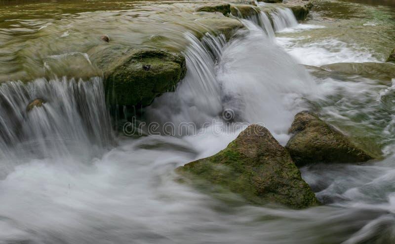 Wasserfälle des Stier-Nebenfluss-Grüngürtels, Austin stockfotografie