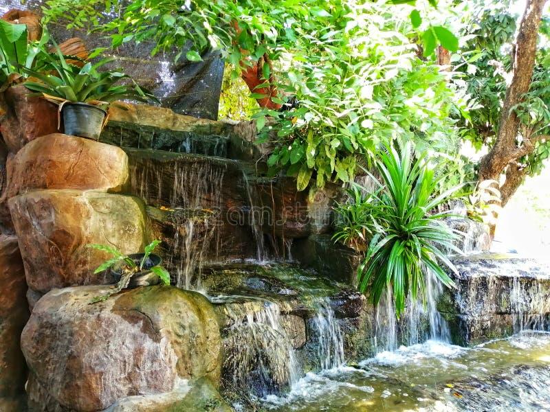 Wasserfälle, die man für die Dekoration des Restaurants geschaffen hat Durch den Einsatz von Pumpen wird Wasser hochpumpen lizenzfreies stockfoto