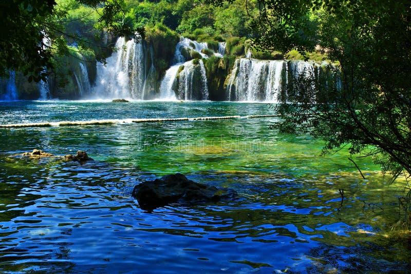 Wasserfälle gestaltet durch Laub in Nationalpark Krka, Kroatien lizenzfreie stockfotografie