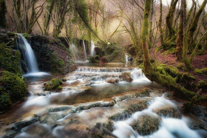 Wasserfälle nahe der Quelle des Flusses Aniene stockbilder
