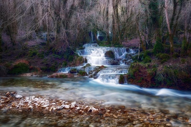Wasserfälle nahe der Quelle des Flusses Aniene lizenzfreies stockbild