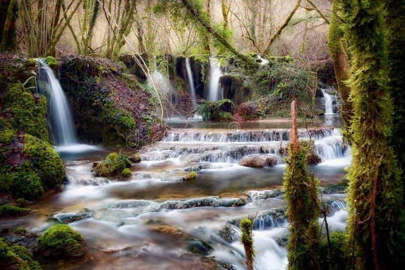 Wasserfälle nahe der Quelle des Flusses Aniene stockfotografie