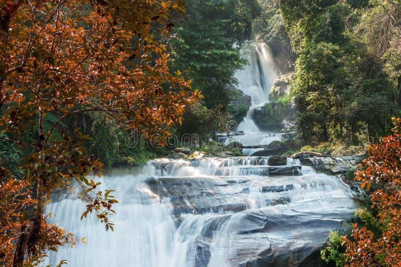 Wasserfälle während des Herbstes lizenzfreie stockfotos
