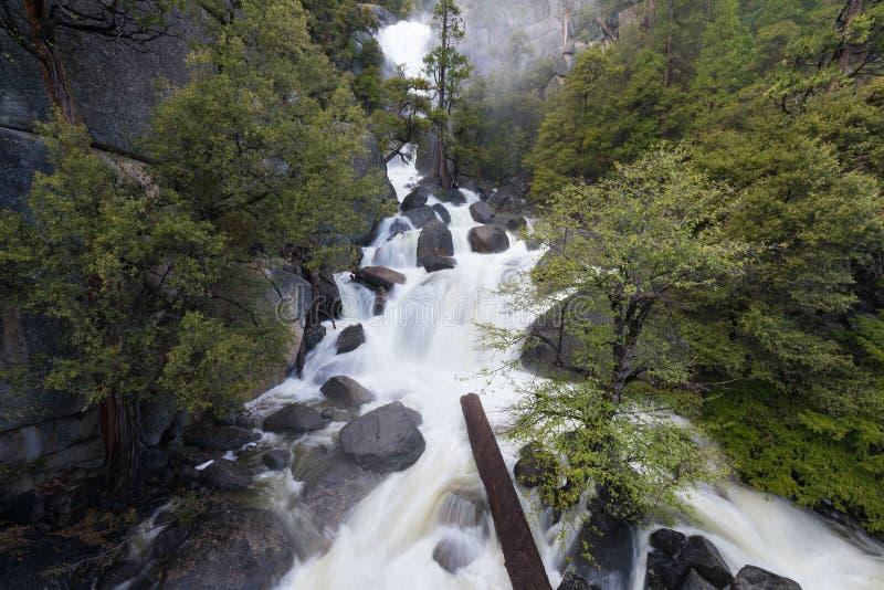 Wasserfälle in Yosemite Nationalpark vom Tal während der Frühlingszeit Kalifornien, USA lizenzfreie stockbilder