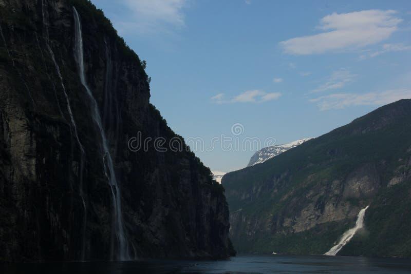 Wasserf?lle im Geiranger-Fjord lizenzfreie stockbilder