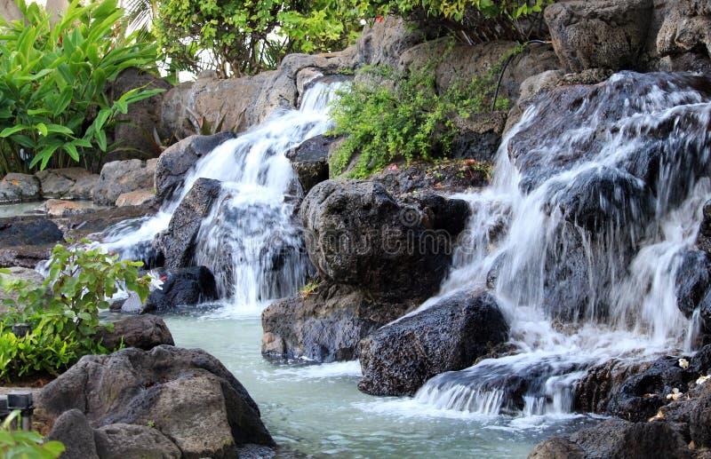 Wasserfall über den Felsen lizenzfreie stockfotos