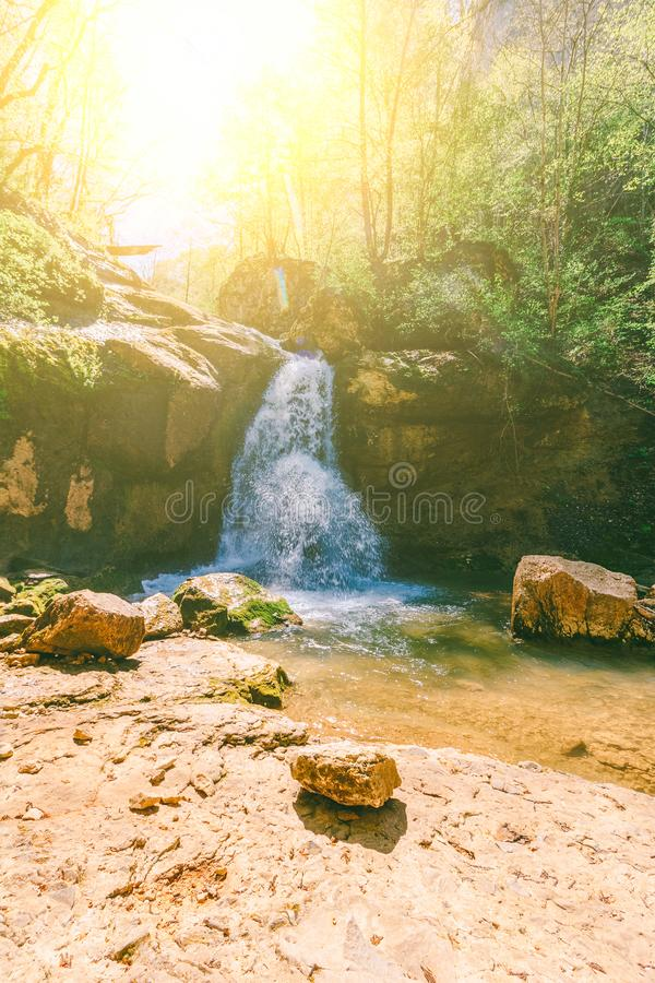 Wasserfall auf einem Gebirgsfluss im Wald an einem balmy Frühlingstag lizenzfreie stockfotografie