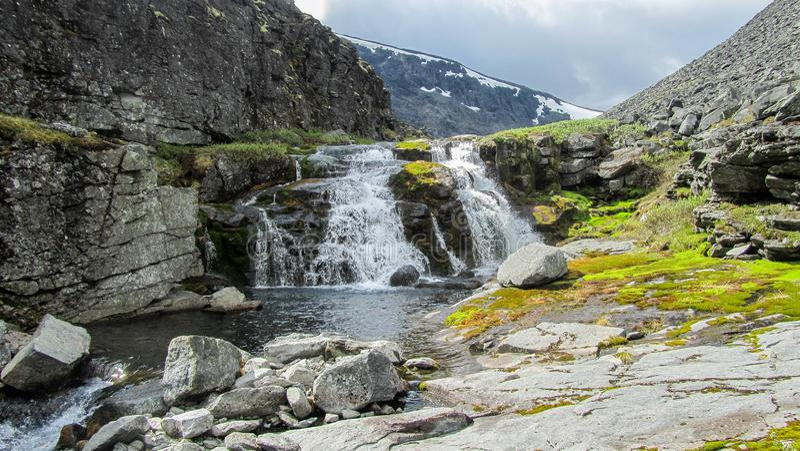 Wasserfall auf einen Berg stockfotos