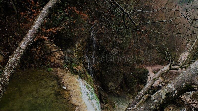 Wasserfall auf Herbst lizenzfreie stockfotografie