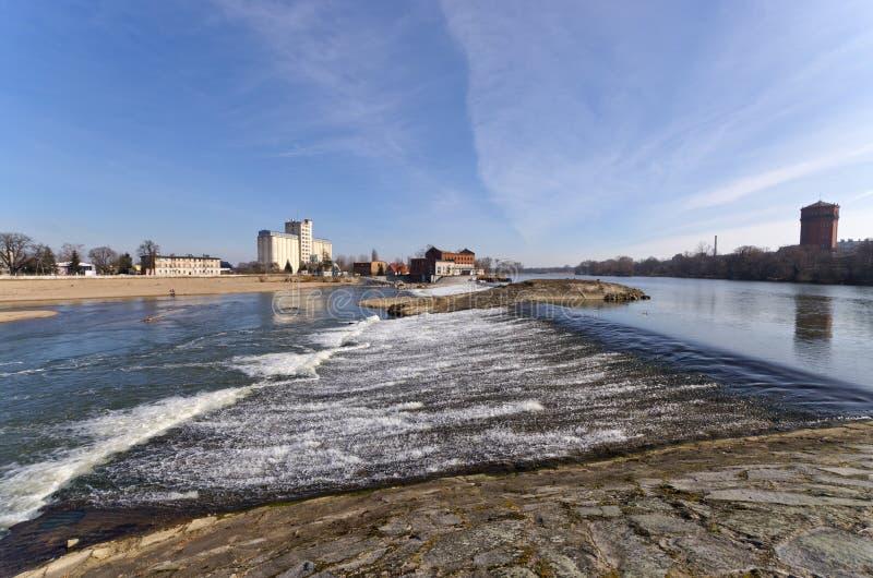 Wasserfall auf Odra-Fluss in Brzeg, Polen lizenzfreie stockfotos