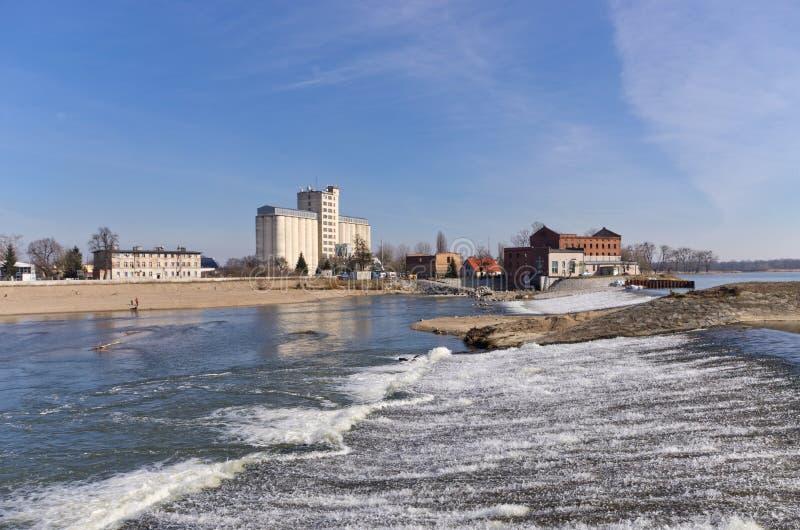Wasserfall auf Odra-Fluss in Brzeg, Polen stockfotografie