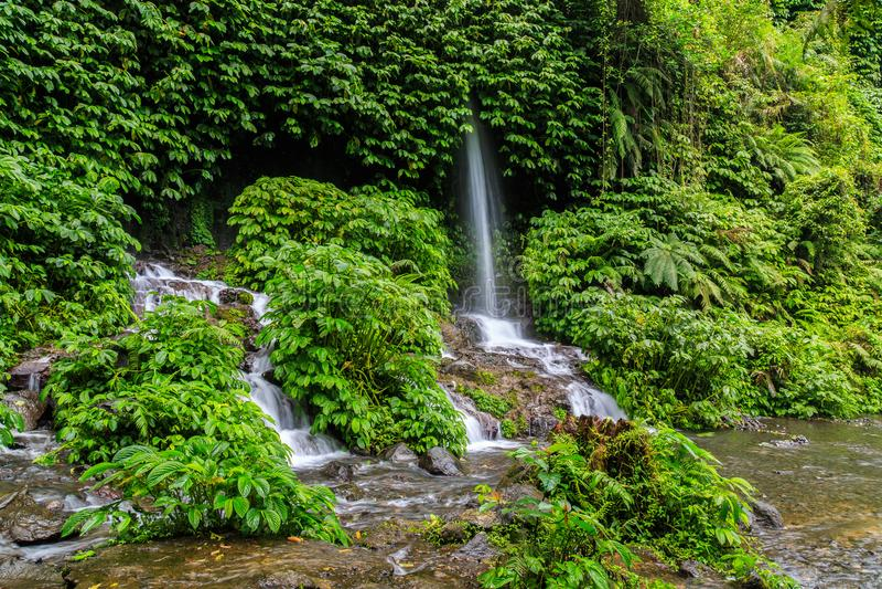 Wasserfall Benang Kelambu auf der indonesischen Insel Lombok stockbilder