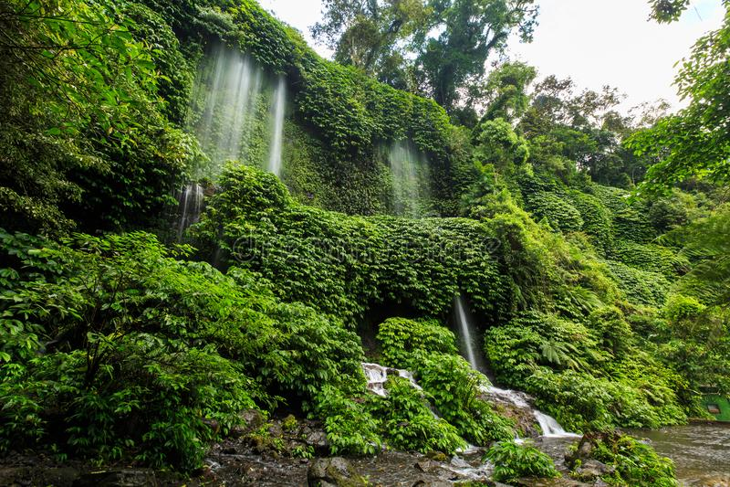 Wasserfall Benang Kelambu auf der indonesischen Insel Lombok lizenzfreies stockfoto