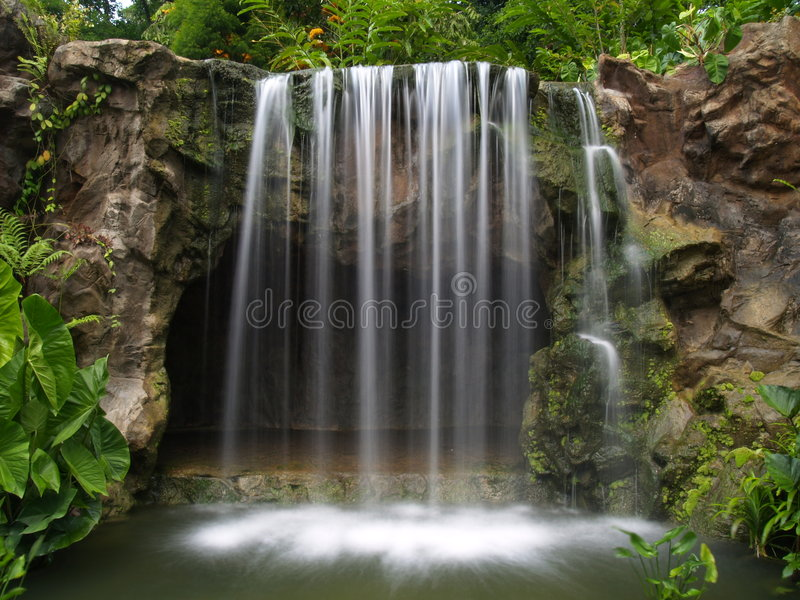 Wasserfall am botanischen Garten lizenzfreie stockbilder
