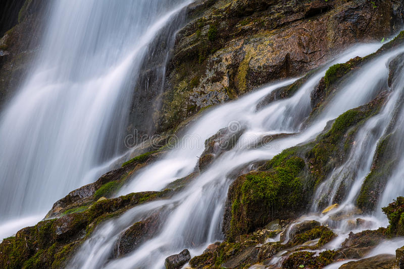 Wasserfall in Bucegi-Bergen stockfotos