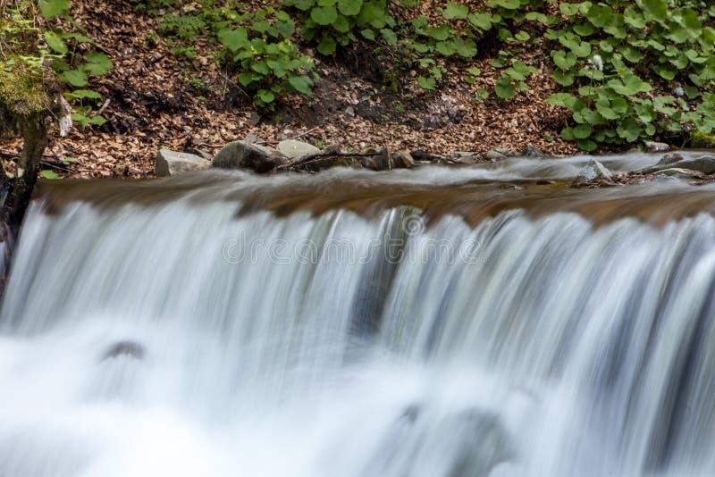 Wasserfall in den Bergen stockbilder