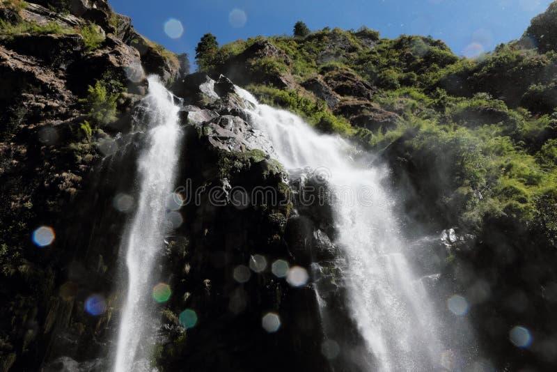 Wasserfall in den Bergen in Nepal stockfoto