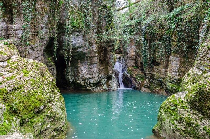 Wasserfall in der grünen Schlucht lizenzfreies stockbild